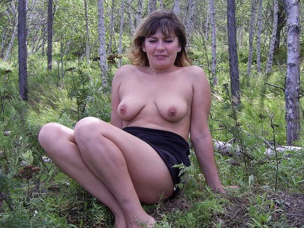 зрелая женщина на природе фото