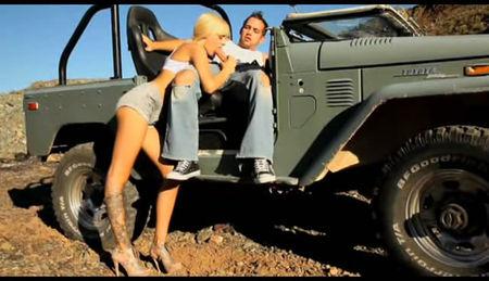 Beautiful blonde in shorts sucks dick in the car