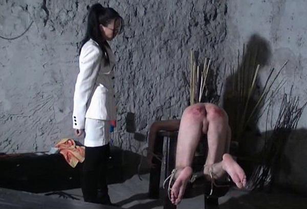 порка голову между ног видео образом пронесённая